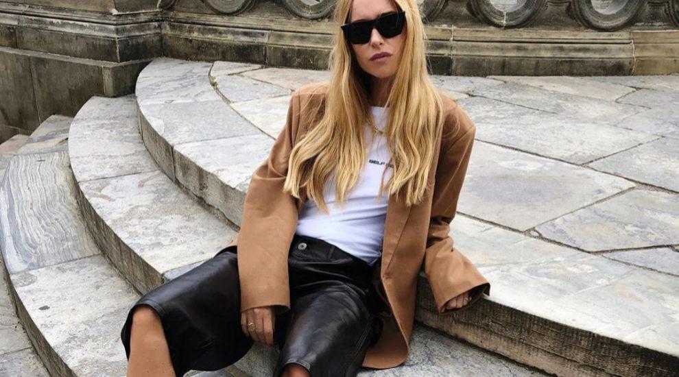 Pernille Teisbaek posa con la blazer en el tono estrella