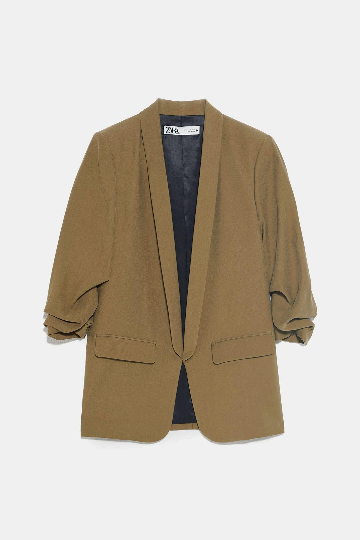 Blazer con mangas arremangadas en tono tostado de Zara