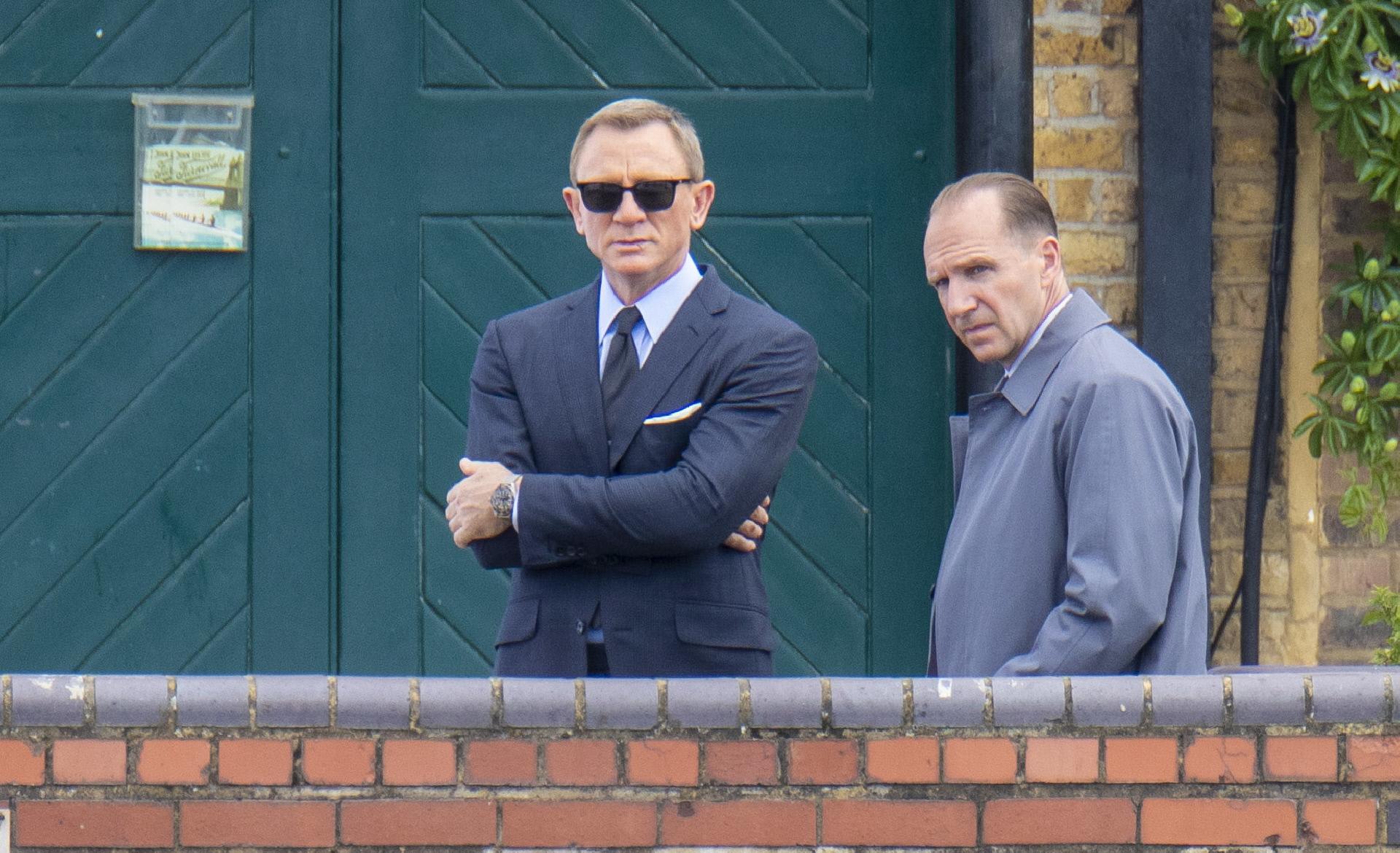 Daniel Craig y Ralph Fiennes durante la grabación de <em>No time to die</em>.