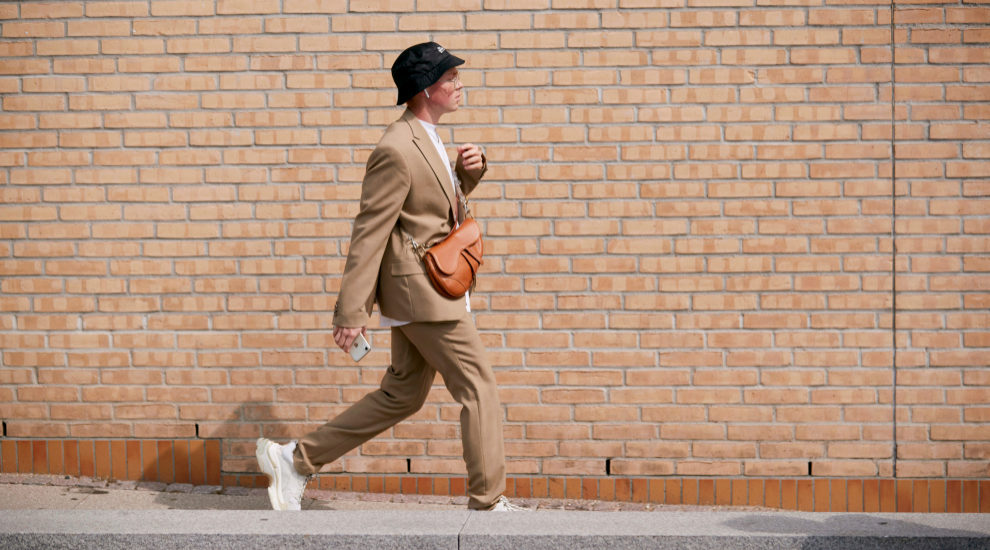 Hemos visto looks sofisticados con zapatillas en las calles de Nueva...