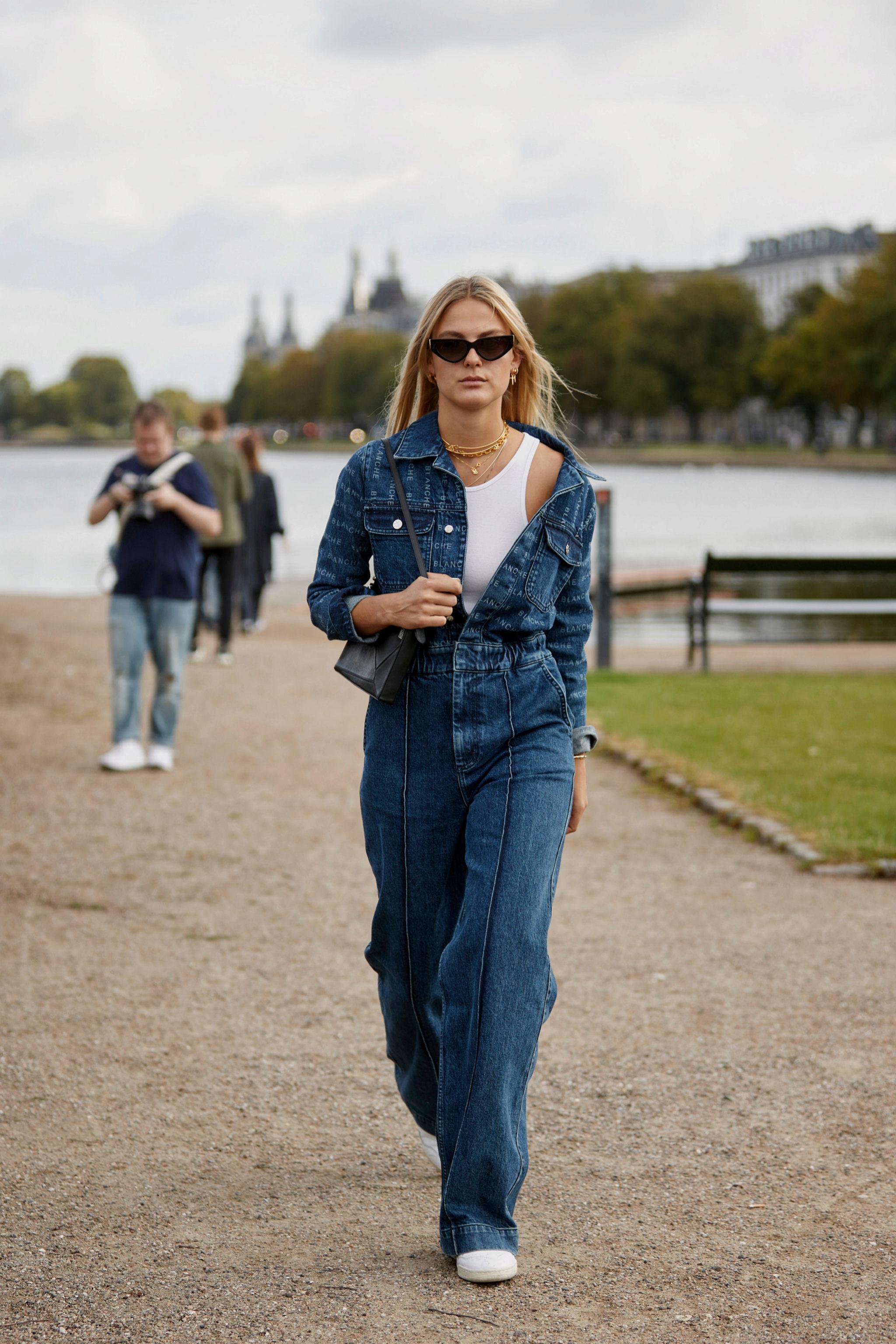 Un 'total look' en denim con zapatillas en Copenhague