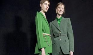 El verde fue protagonista en <em>blazers</em> y trajes sastre del...