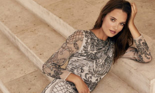 Vestido largo con pedrería bordada a mano (599 euros). Todo de Woman...