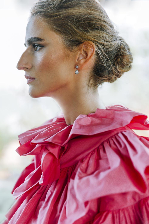 Alejandra Domínguez lleva bolero rosa de tafetán con volantes,...