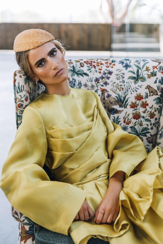 Alejandra Domínguez lleva vestido amarillo de tul de seda, NINA...