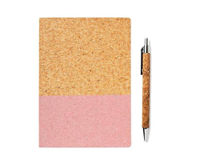 Cuaderno A4 (4 euros) y portaminas (2 euros) de la nueva colección en corcho de Flying Tiger.