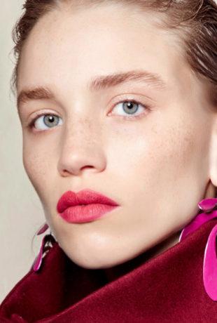 Los labios fucsias son los protagonistas indiscutibles del look de...