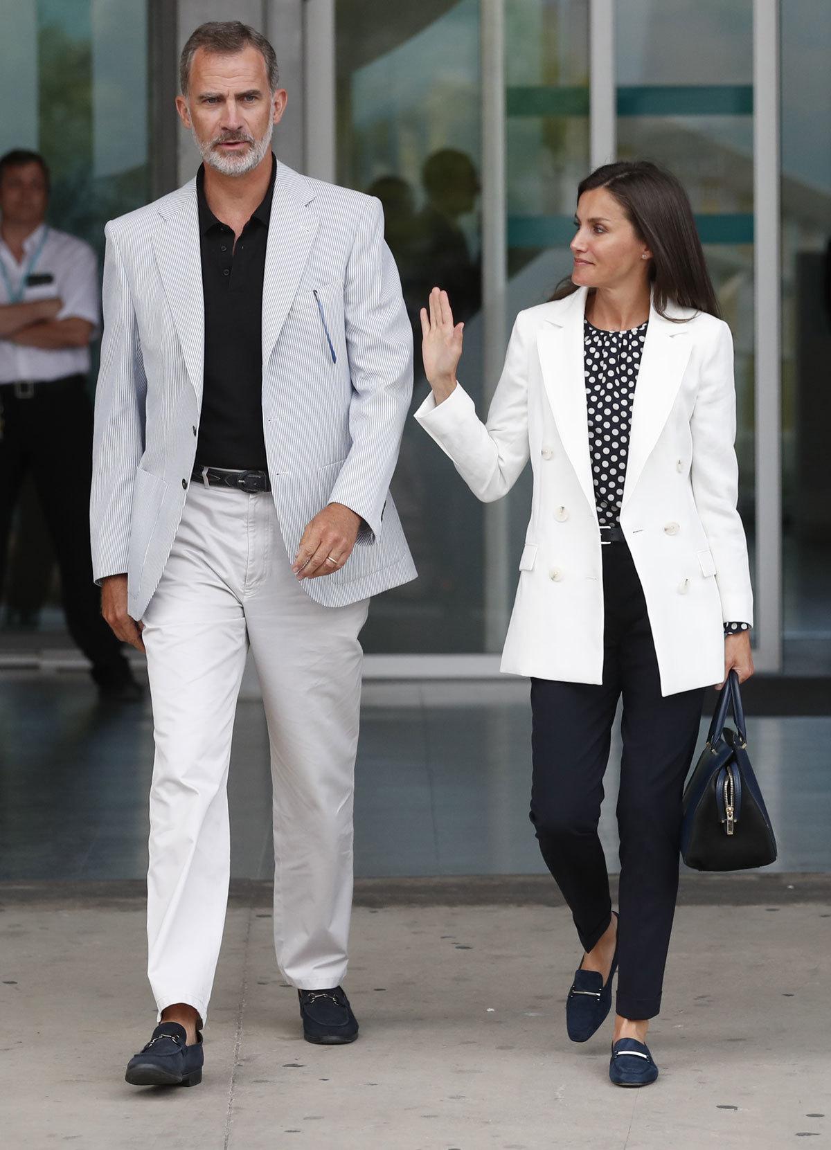 Don Felipe y doña Letizia a su salida del hospital.