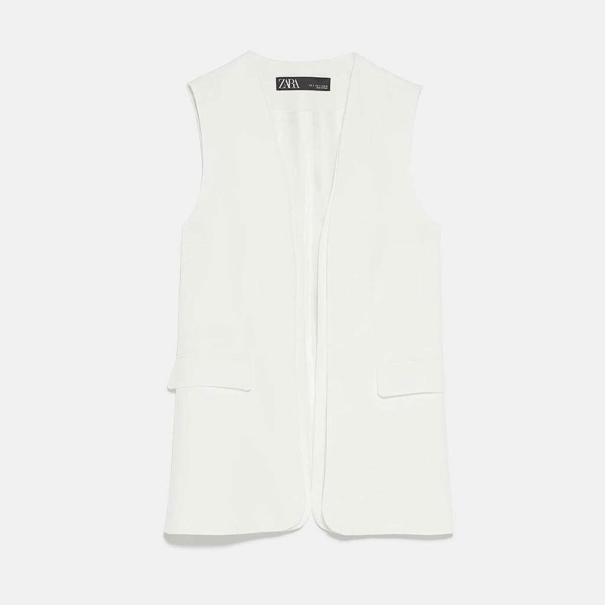 En versión chaleco, con bolsillos, de Zara (29,95 euros)