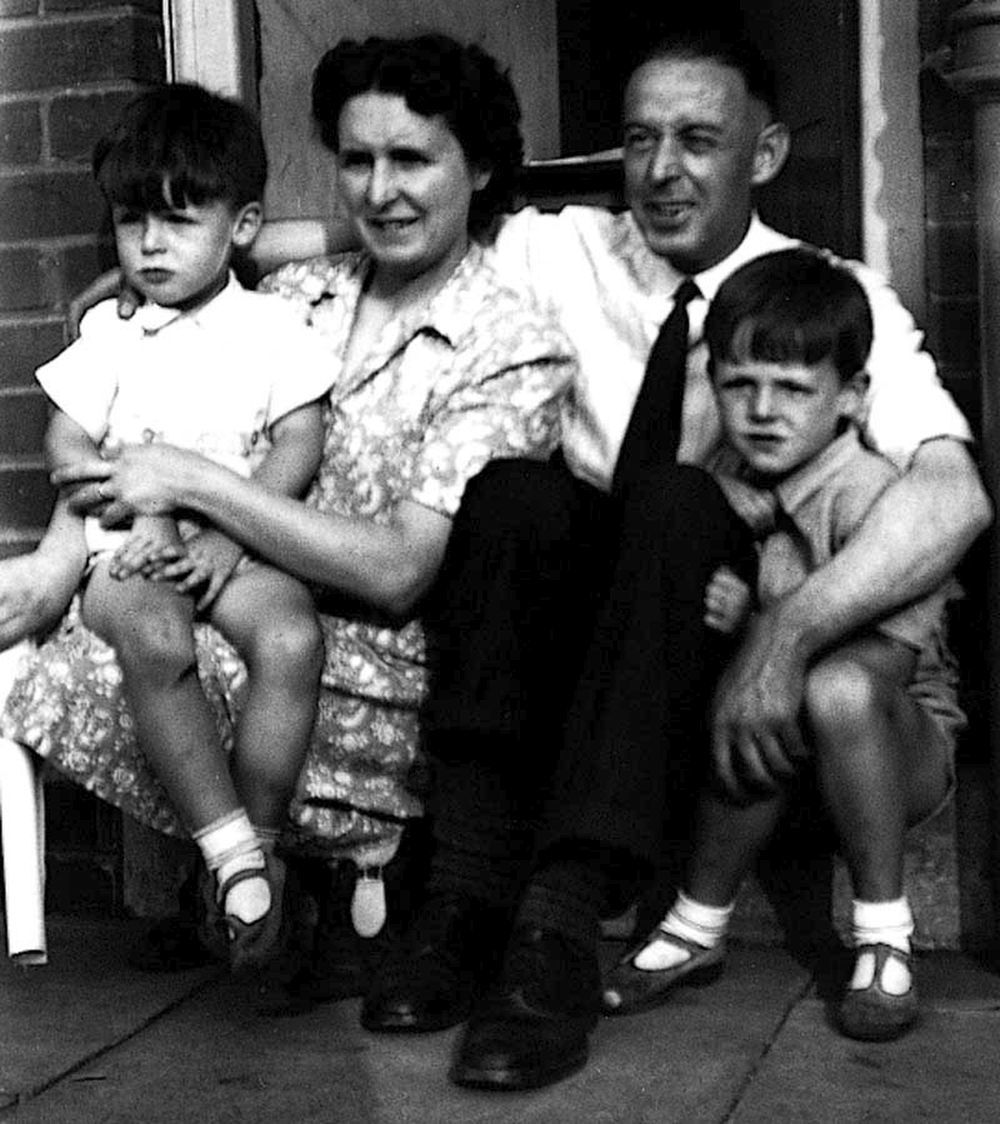Paul con su hermano Mike y sus padres Jim y Mary.