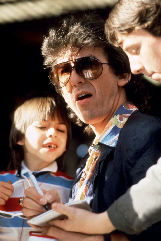 George Harrison firmando autógrafos con su hijo Dhani en 1985