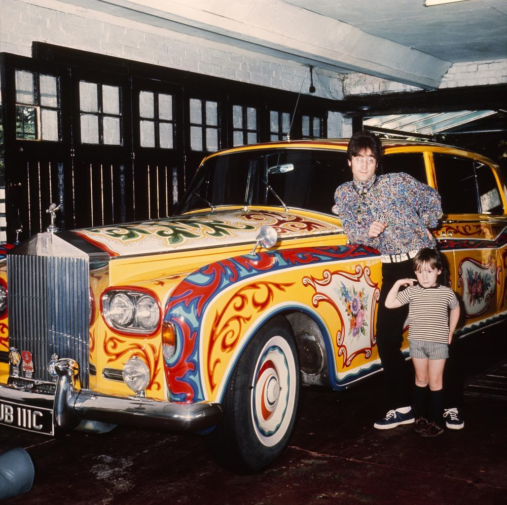 John Lennon con su hijo Julian junto a su Rolls-Royce amarillo (1968).