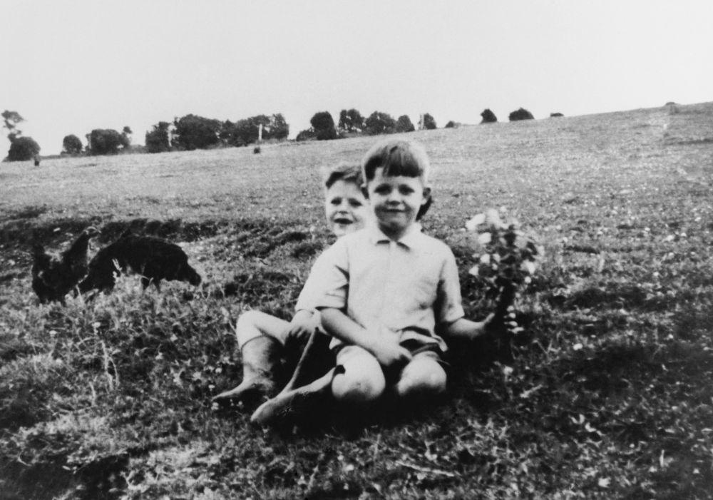 Paul McCartney con su hermano Mike.