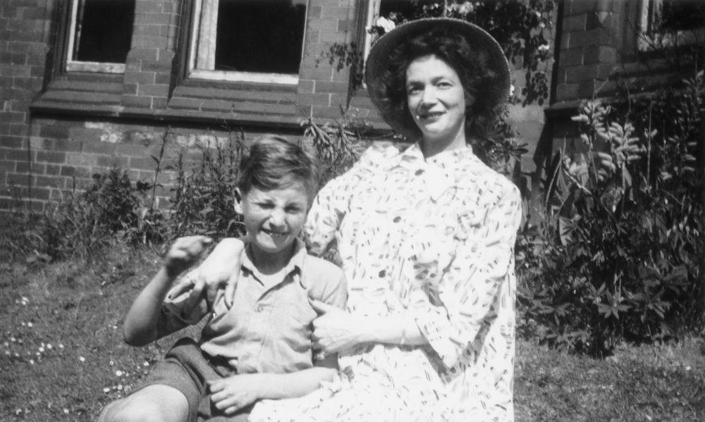 John Lennon con su madre, Julia, con 9 años.