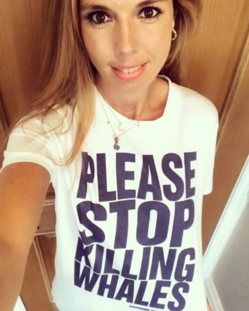 Carrie Symonds con una camiseta que protesta por  la matanza de...