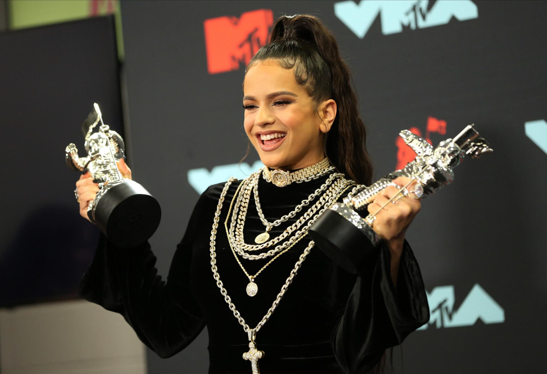 Rosalía posa con los MTV Music Awards.