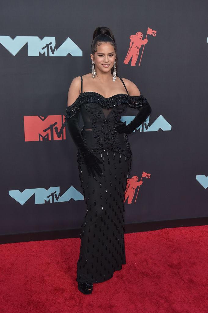 Rosalía en su posado inicial en la alfombra roja de los MTV VMAs.