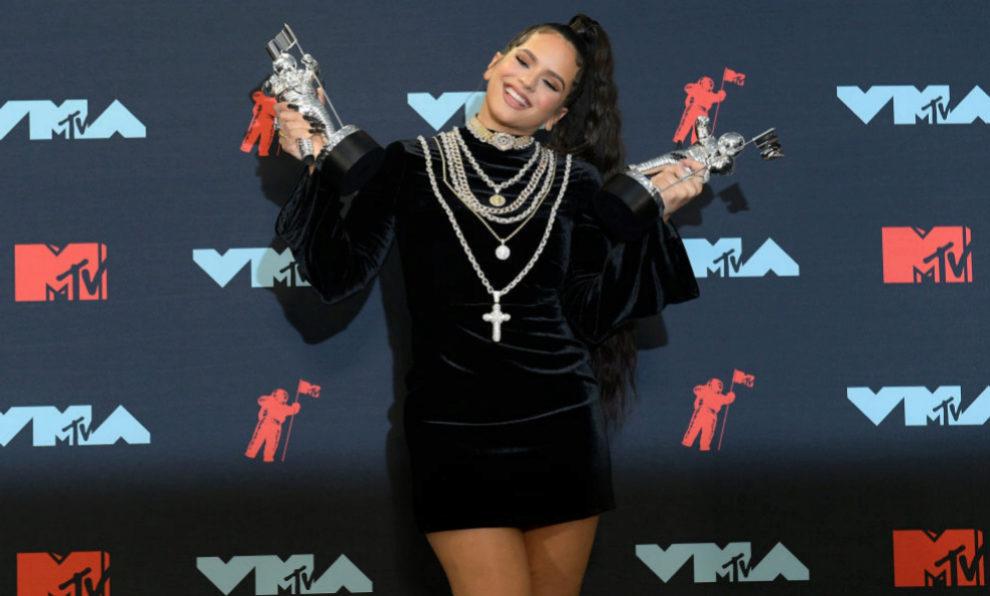 Rosalía con los dos premios MTV VMAs que ganó.
