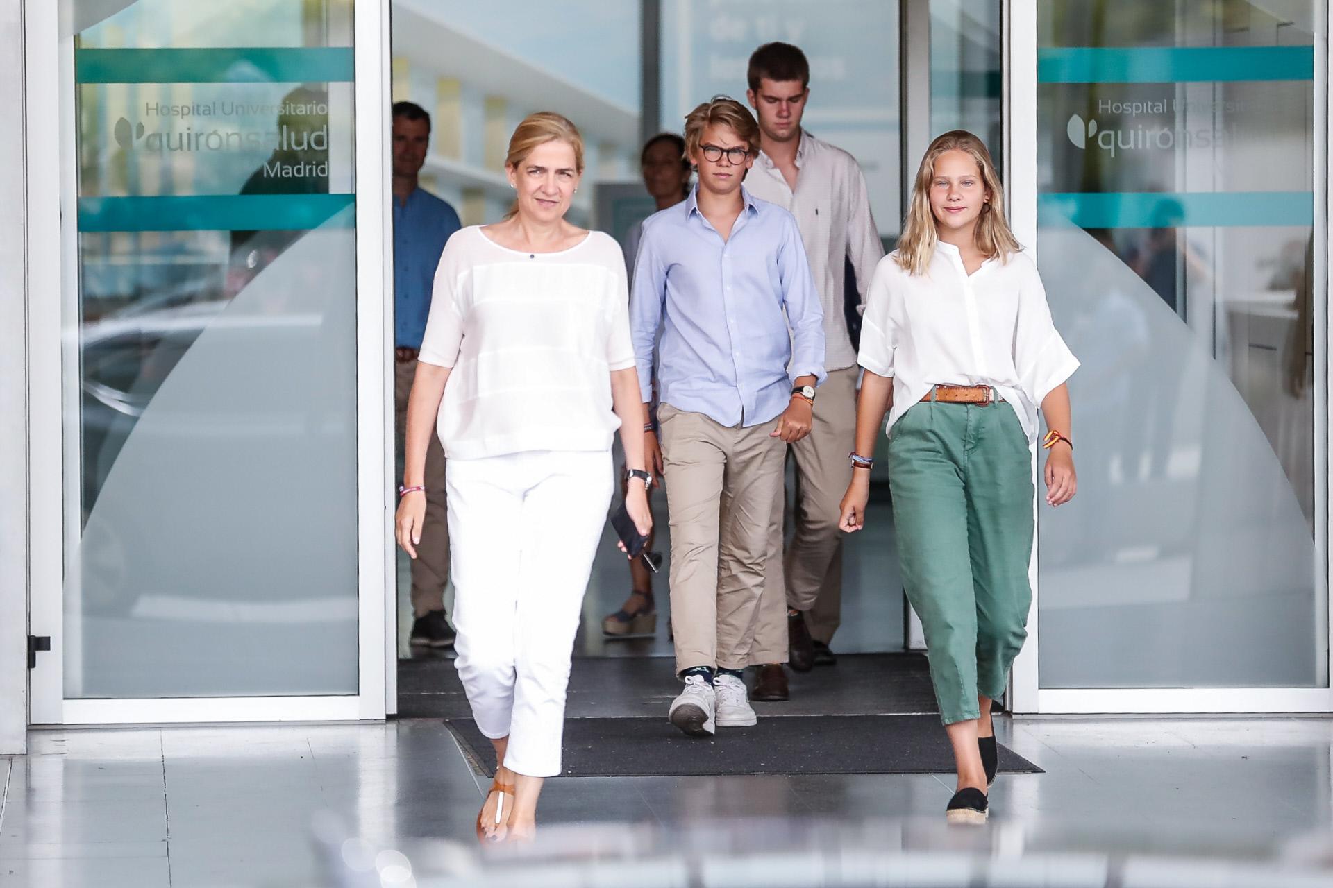 Irene Urdangarín, Pablo Nicolás y Juan Valentín junto a su madre la...