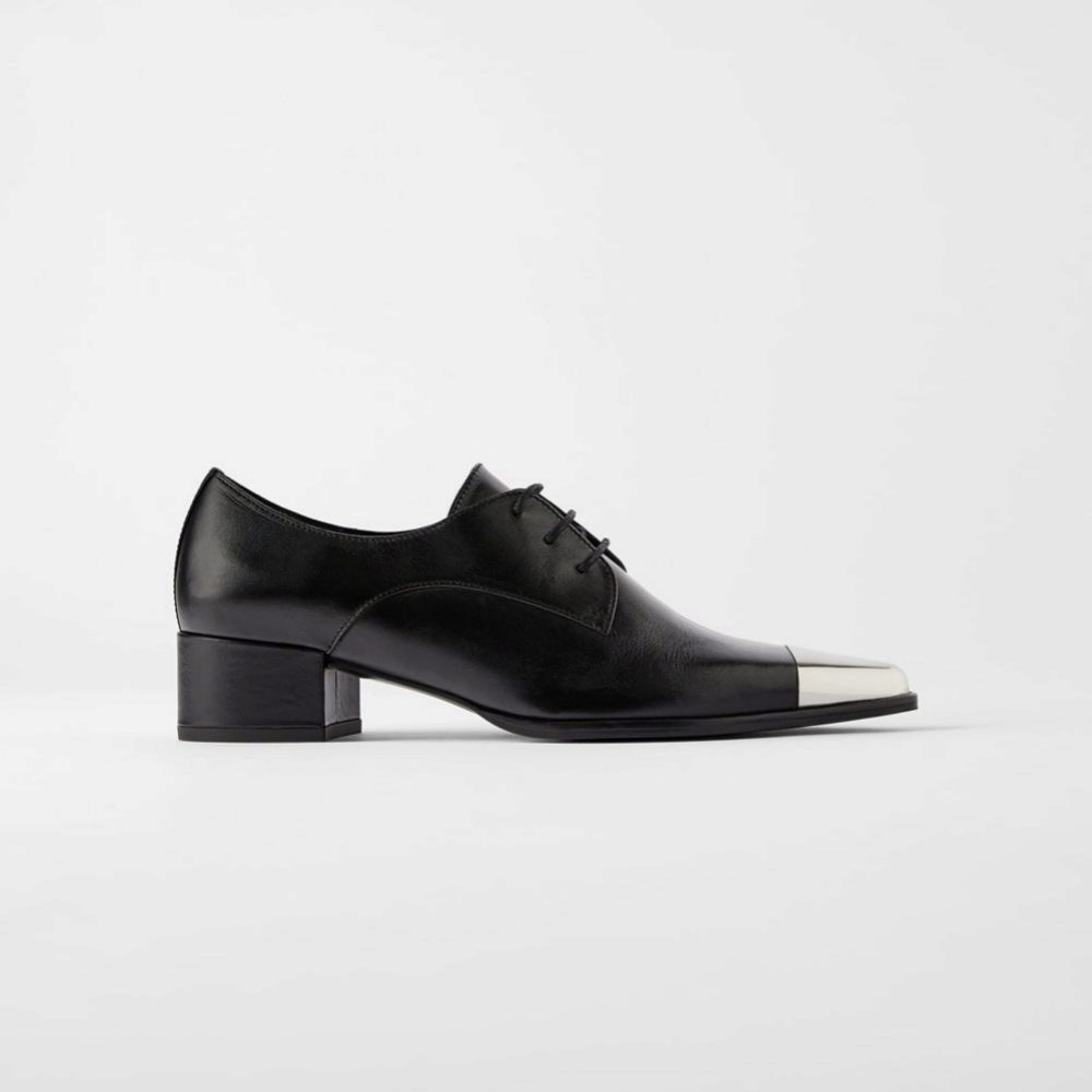 Zapato Oxford con punta metálica, de Zara (49,95 euros).