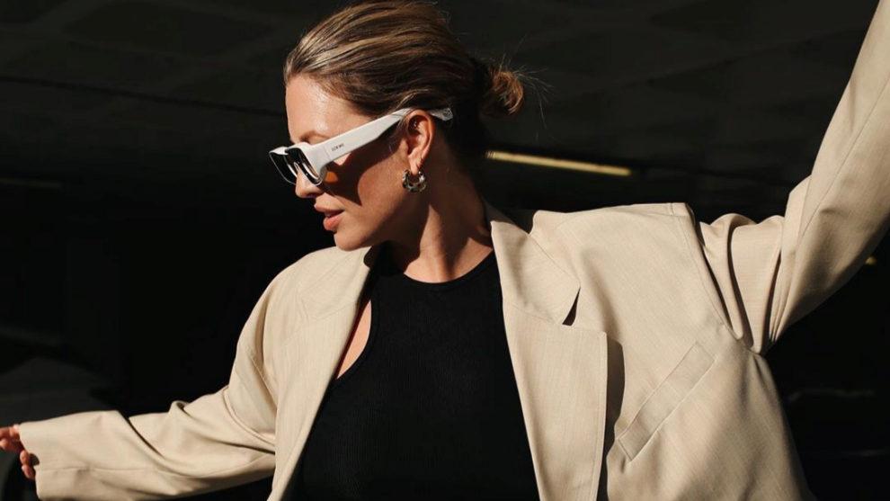 Alexis Foreman con gafas de sol de Loewe