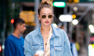 Gigi Hadid con  look total denim