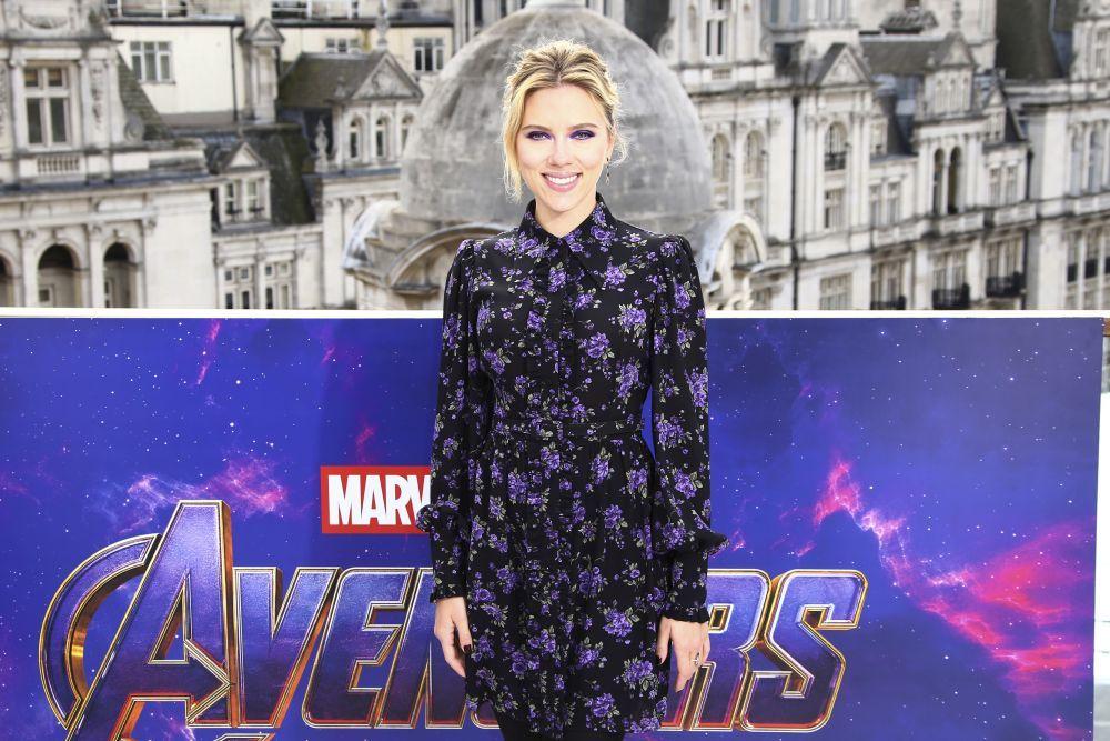 Scarlett Johansson se alza como la actriz mejor pagada.