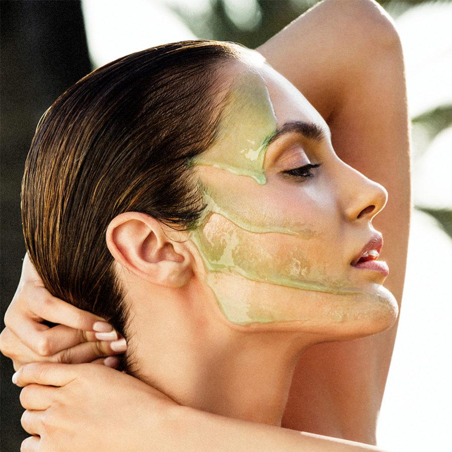 La limpieza facial con productos específicos es muy necesaria.