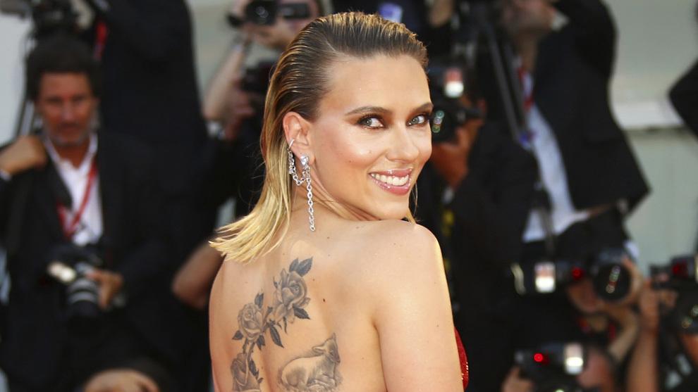 Scarlett Johansson con una media melena efecto mojado con efecto...