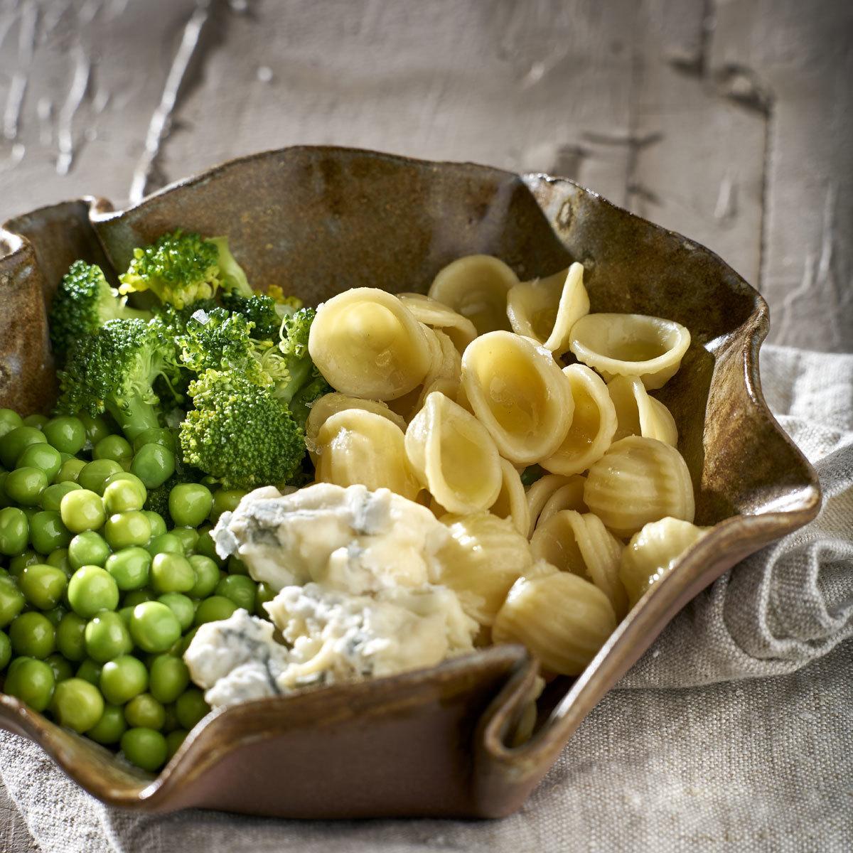 Pasta corta con gorgonzola, brócoli y guisantes