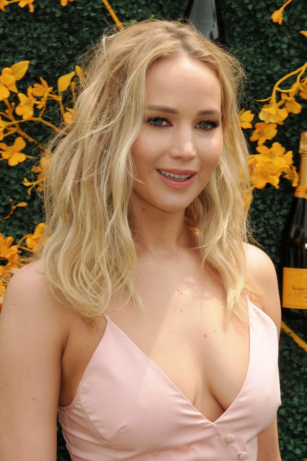 Los rubios cálidos, los dorados y los tonos miel son los colores más adecuados para las mujeres con la tez blanca y los ojos claros como Jennifer Lawrence.