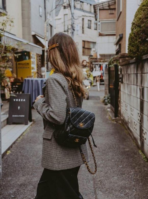 La influencer Sara Escudero con una mochila clásica de Chanel.