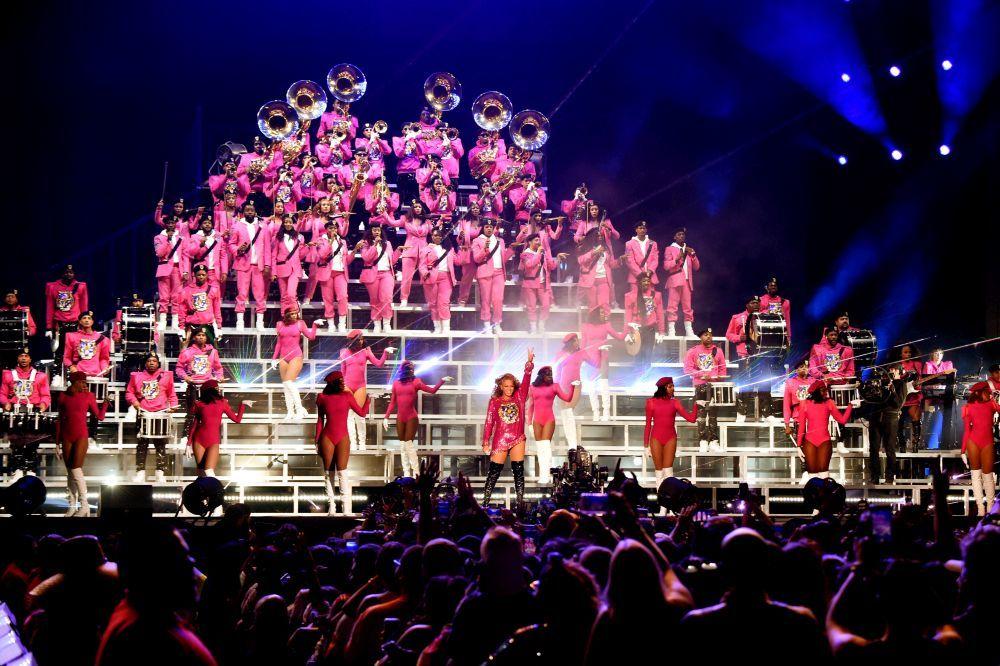 Beyoncé y más de 100 bailarines en Coachella