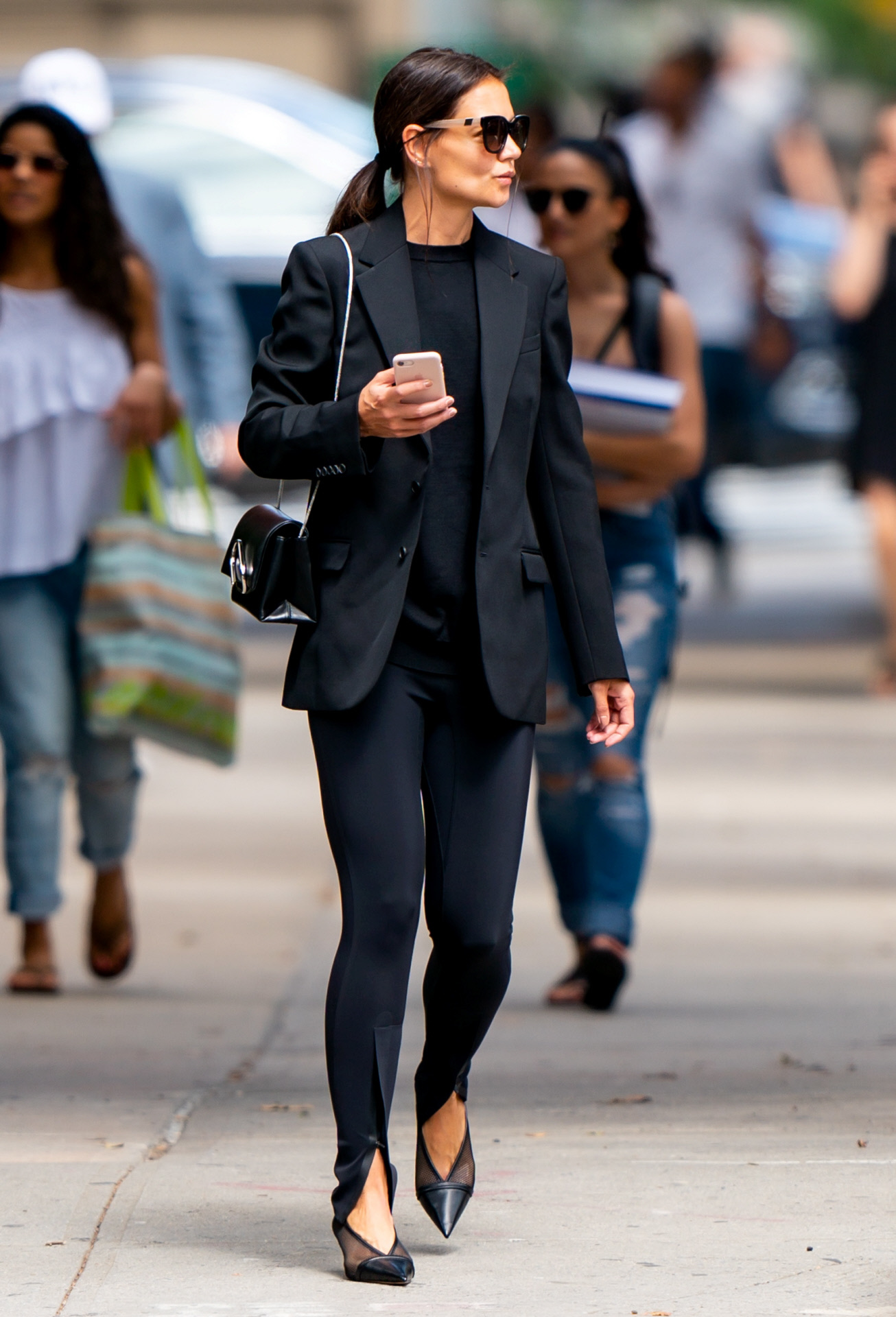 Katie Holmes pasea por Nueva York con total look negro
