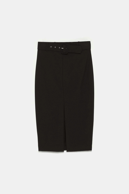 Falda lápiz con cinturón en negro de Zara