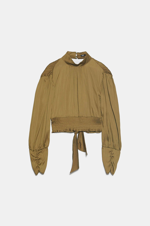 Blusa satinada con espalda al aire de Zara