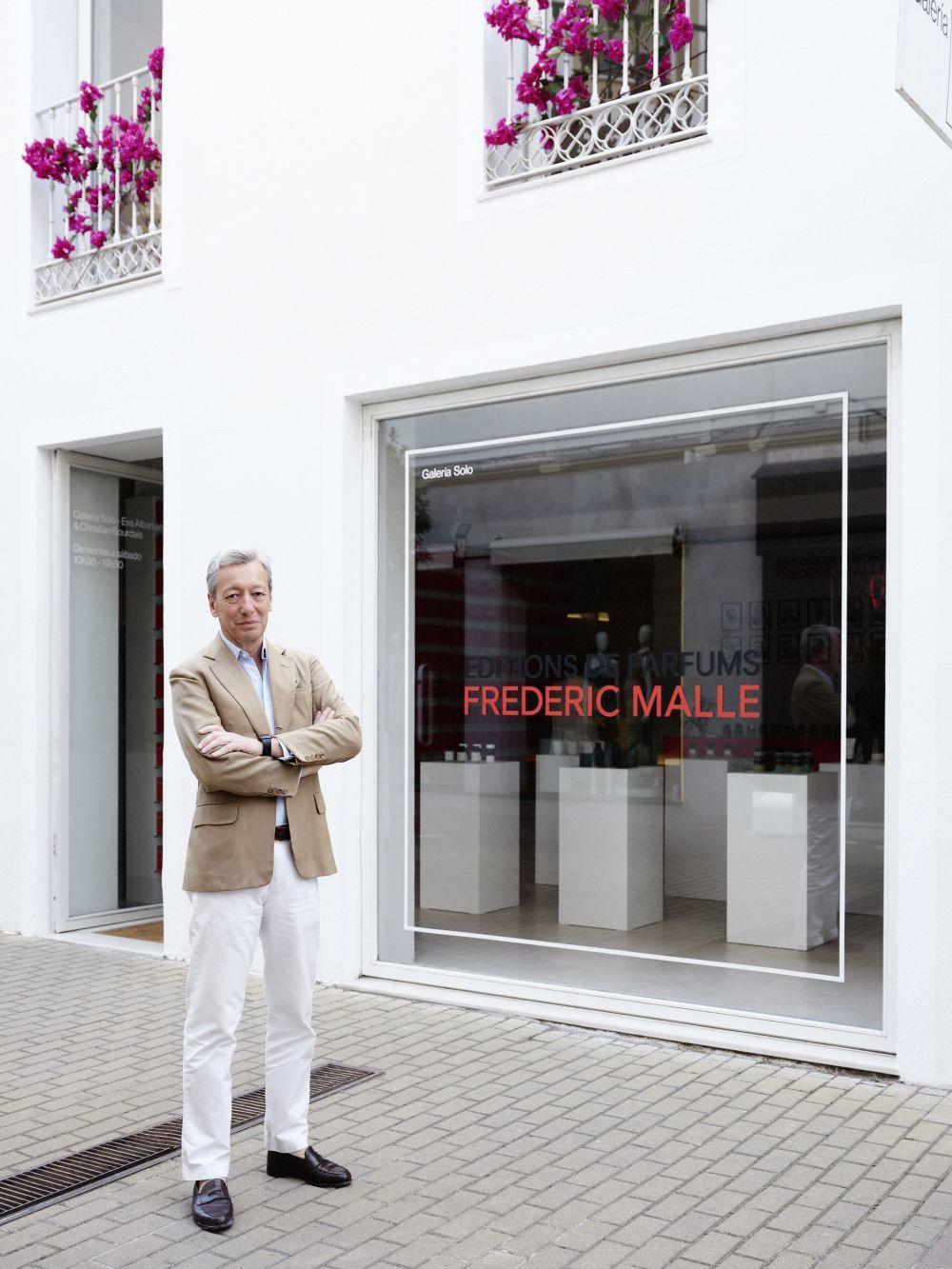 Frédéric Malle posa frente al espacio efímero donde presentó su...