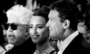 Pedro Almodóvar junto a los protagonistas de Dolor y Gloria:...