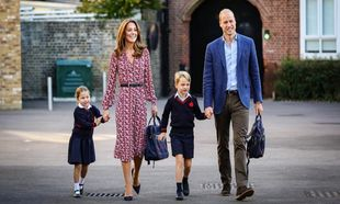 Kate Middleton y Guillermo de Inglaterra han acompañado a sus dos...