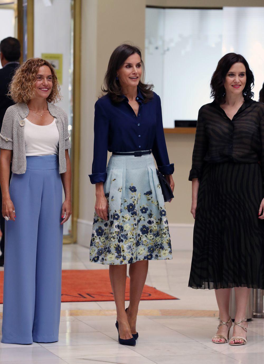 La reina Letizia junto a Meritxell Batet e Isabel Diaz Ayuso.