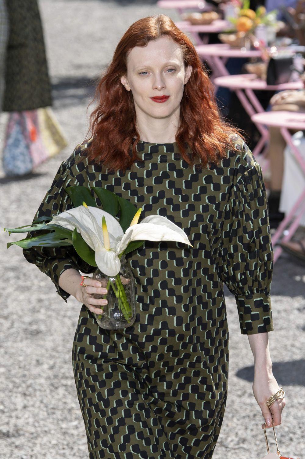 La modelo Karen Elson en el desfile de Kate Spade
