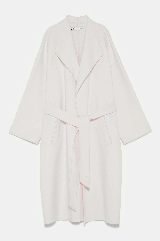 Abrigo de lana con cinturón en color blanco de Zara
