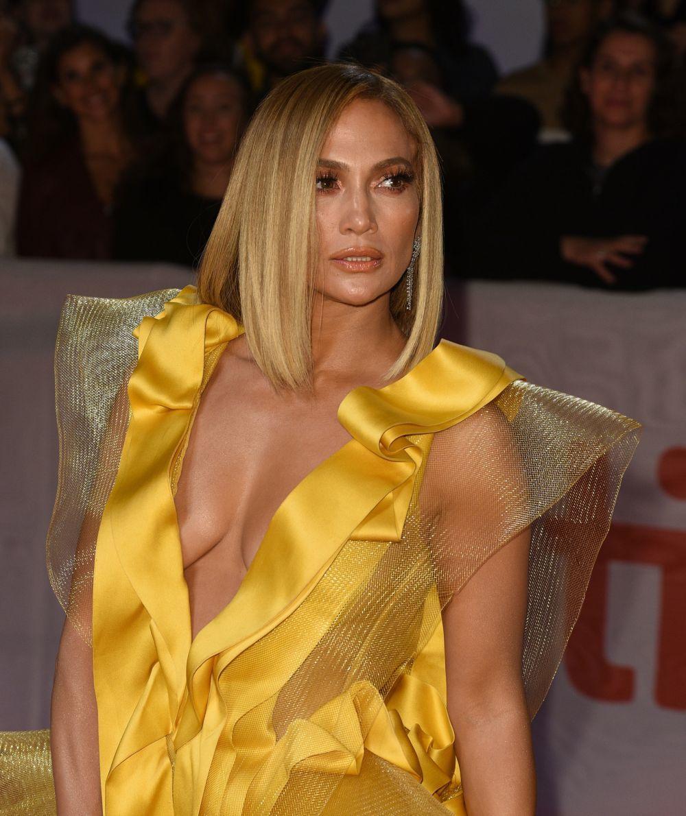 Jennifer Lopez luce el corte long bob a la altura de la clavícula liso e impecable con mechas miel.