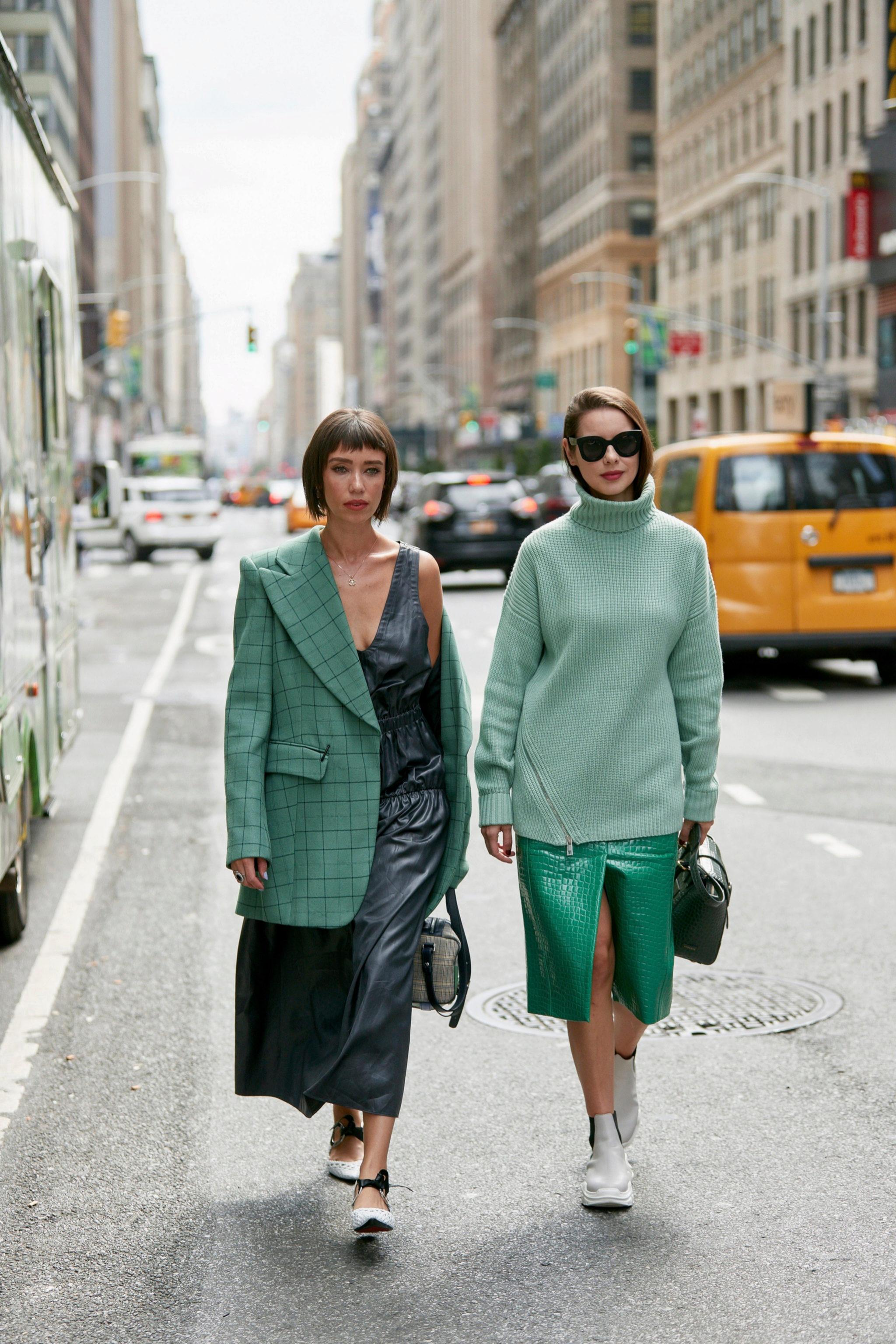 Dos looks que demuestran cómo llevar el binomio verde y negro con estilo
