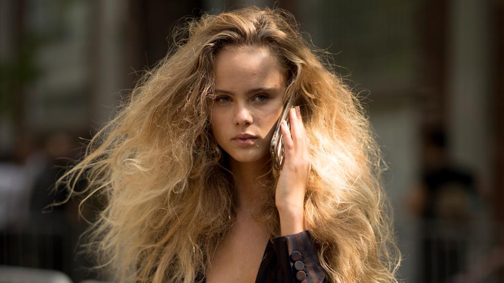 Si tienes el pelo rebelde, atenta a estos peinados para ir siempre...
