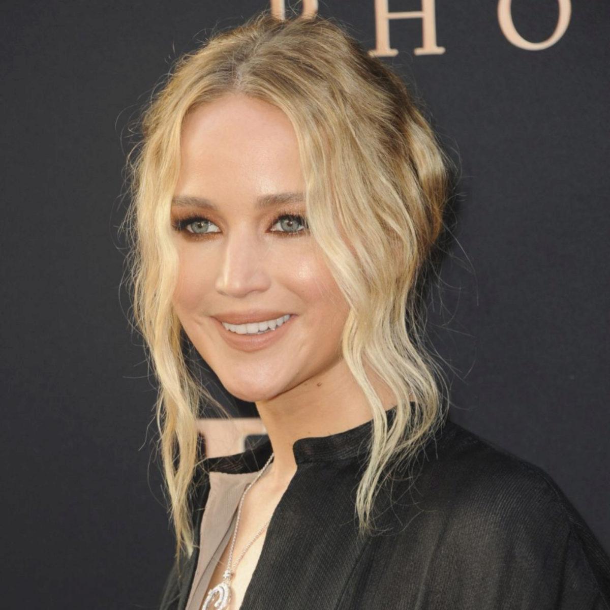 Jennifer Lawrence tiene el moño relajado perfecto para pelo muy...