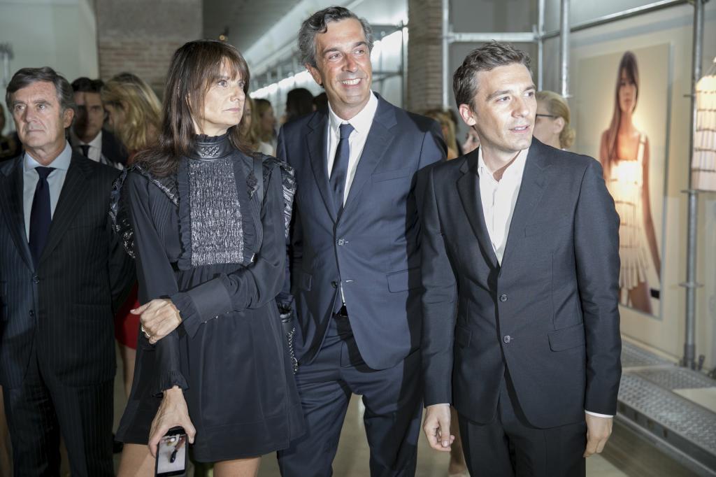 Marie-Amelie Sauve, José Manuel Albesa y Julien Dossena en la exposición TELVA Tributo Paco Rabanne 2017.