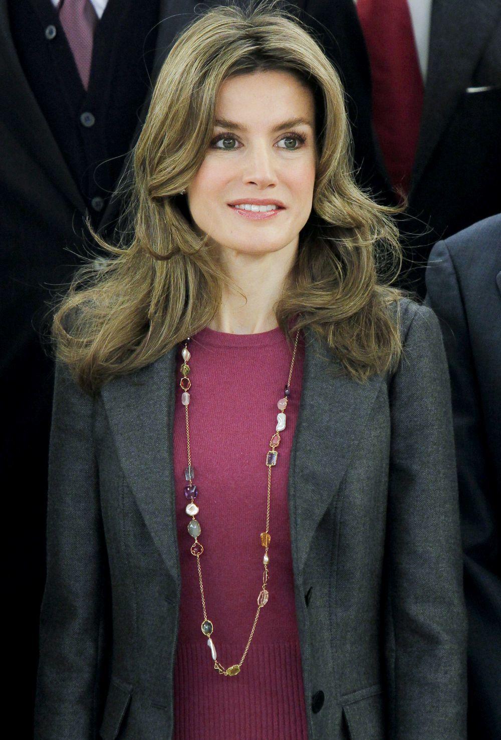 La Reina Letizia en 2011 con unas mechas plata mucho más marcadas y...