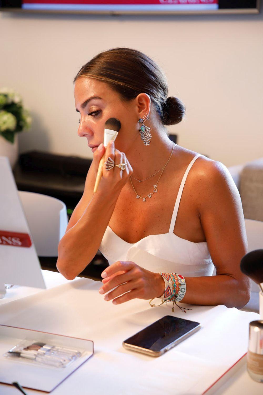 La influencer Paula Ordovás probando la nueva base de maquillaje...