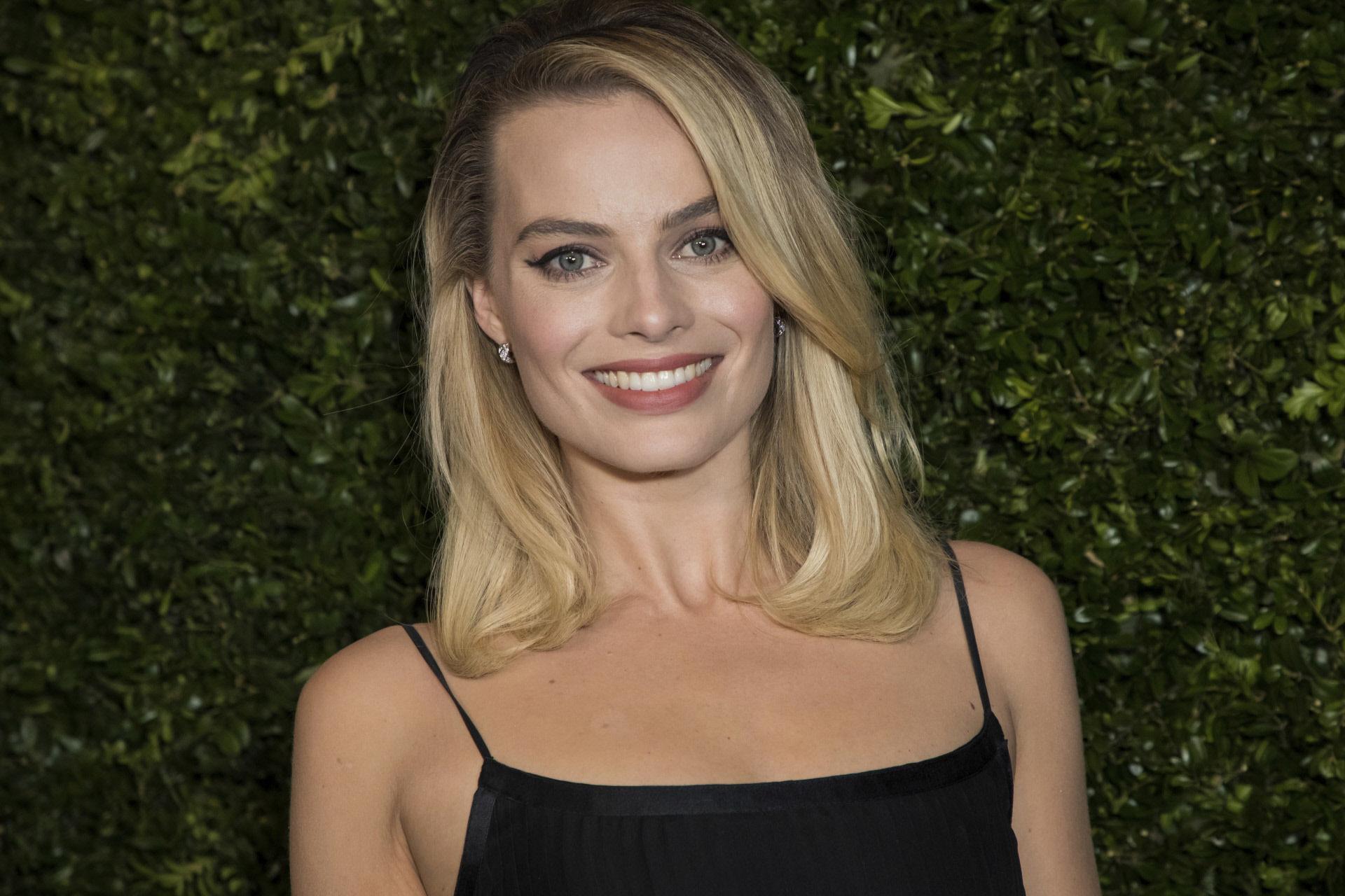 Margot Robbie luce un maquillaje ideal para ir a trabajar: eyeliner en...